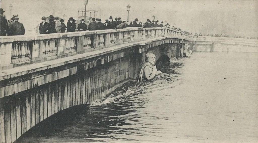 Le-Zouave-du-Pont-de-lAlma-au-plus-fort-de-la-crue-recadrée